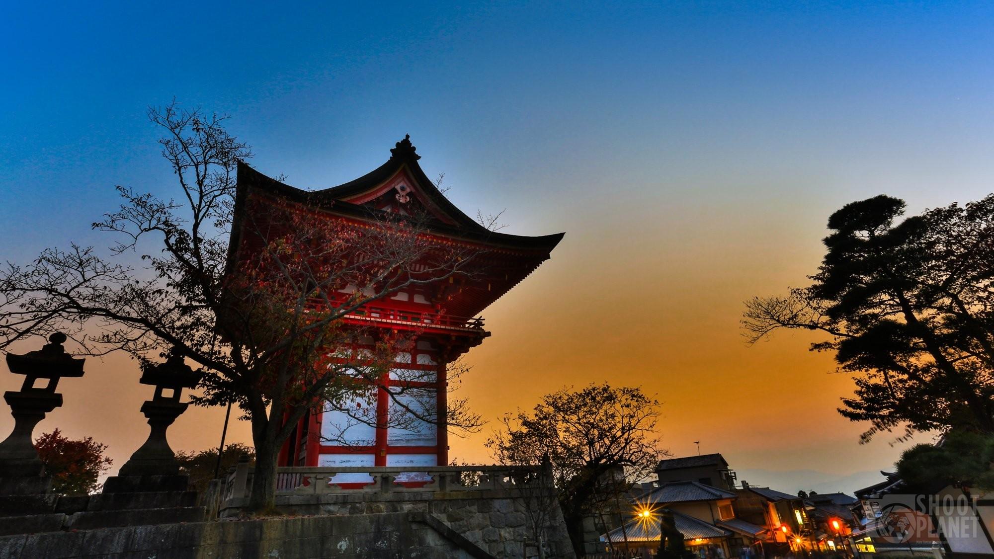 Kiyomizu-dera temple gate sunset in Kyoto